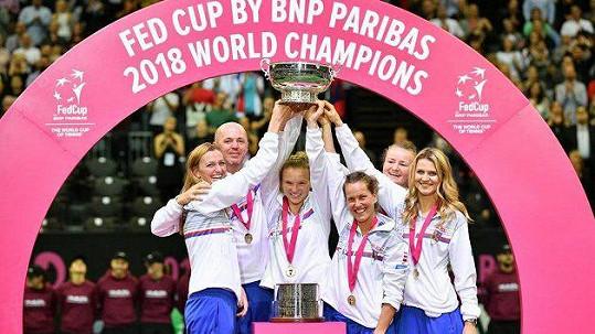 Lucie Šafářová (vpravo) slavila vítězství ve Fed Cupu.