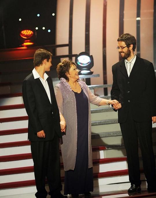 Oslavenkyni na pódium doprovodili vnuci Vojtěch (17)a Marek(25).