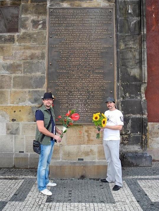Představitelé pózovali před pamětní deskou popravených českých pánů.
