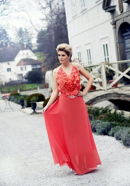 Lenka Špillarová v krásné červené róbě.