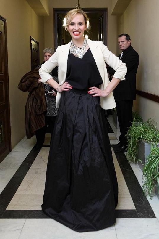 Monika Absolonová v šatech, jejichž návrháře nezná.