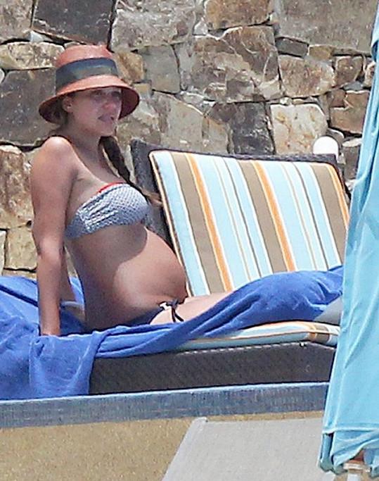 Americká herečka čeká se svým manželem Cashem Warrenem již druhé dítě.