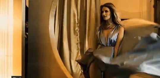 Linda Vojtová ukázala kalhotky. Tento záběr ale nakonec v reklamě nebyl.
