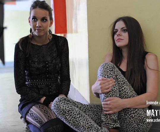 Michaela Doubravová (vlevo) při natáčení crazy komedie Maturita.