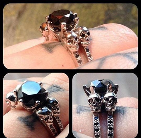 Kat a její zásnubní prsten s černým diamantem a lebkami.