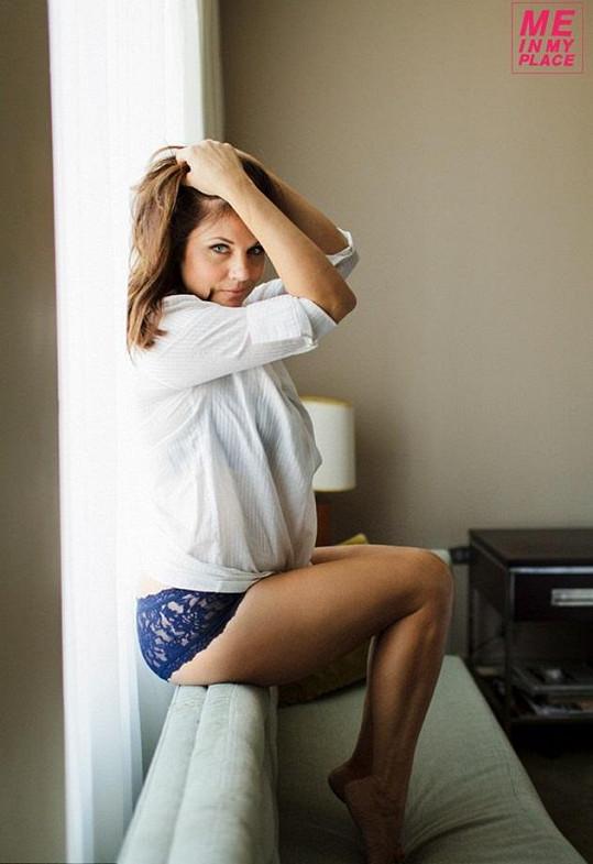 Tiffani Thiessen pózovala ve svém domě.
