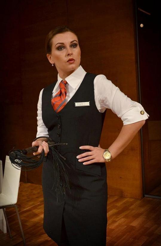 Dana jako přísná bankovní úřednice Brigitte.