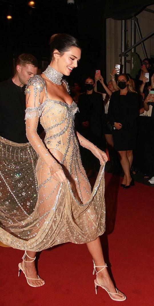Krásná róba byla inspirována modelem Audrey Hepburn z filmu My Fair Lady.