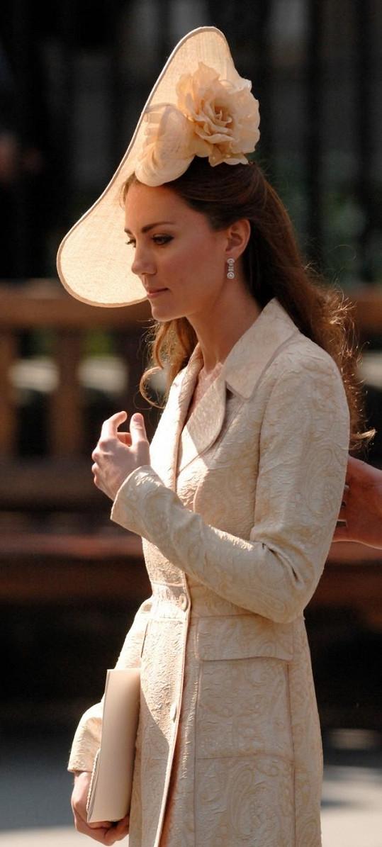 Princezna Kate v totožných šatech na sobotní svatbě Zary Phillips.