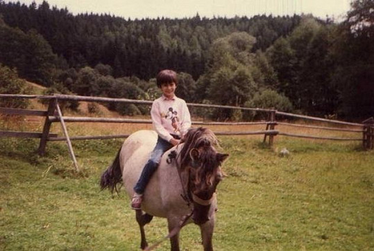 Monika Absolonová jako malá holčička na koni.