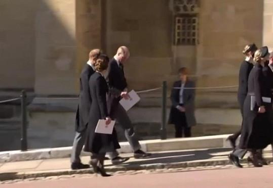 Po zádušní mši se dali do hovoru. Tady ještě s vévodkyní Kate.