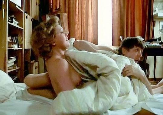 Naďa Konvalinková a její milostná scéna s Jiřím Menzelem ve filmu Srdečný pozdrav ze zeměkoule.