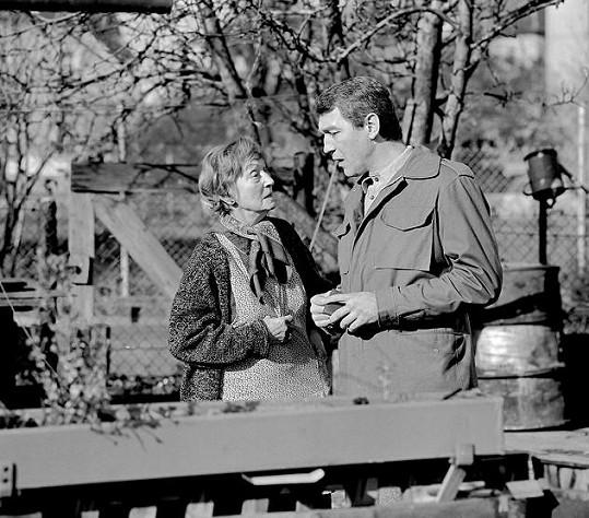 Marie Rosůlková a Jiří Krampol v seriálu Malý pitaval z velkého města, který o prázdninách vysílá Česlá televize.