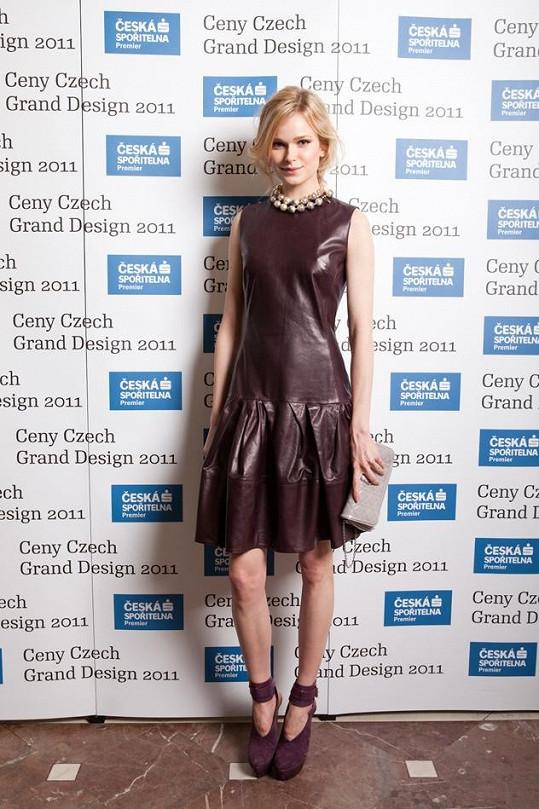 Kožené šaty Dior z kolekce Dior podzim/zima 2012 doplnila úspěšná modelka Karolína Mrozková náhrdelníkem designérky Camille Miceli pro Dior a psaníčkem s ikonickými pyramidami.