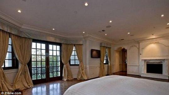 Dům má sedm ložnic a 13 koupelen.
