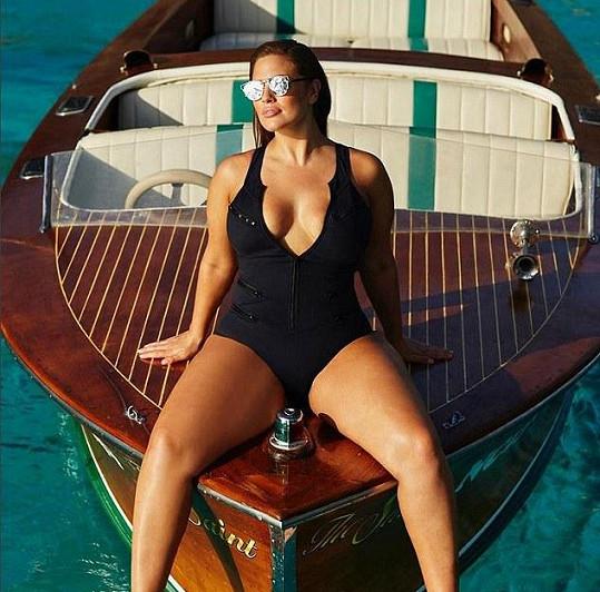 Ashley Graham v modelu ze své první plavkové řady.
