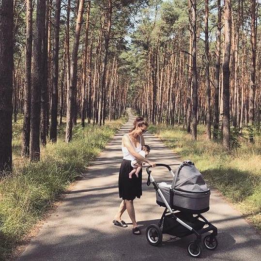 S fanoušky pravidelně sdílí momenty z mateřské dovolené.