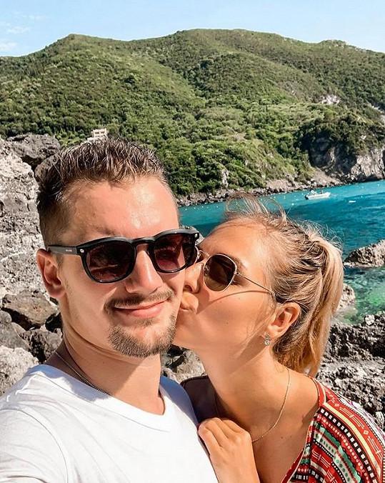 Společnost jí dělá přítel a hokejista Petr Holík.