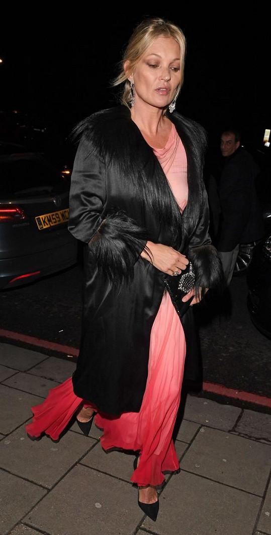 Kate Moss tentokrát zvládla odchod z narozeninové párty bez pomoci druhých...