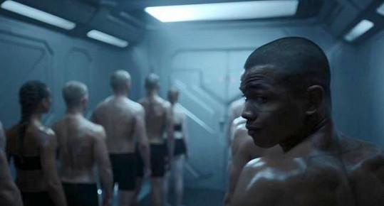 V reklamě Bena jako malého kluka unesou vojáci a projde si mučením v laboratořích, aby byl naverbován do vesmírné armády bojující proti zlu.