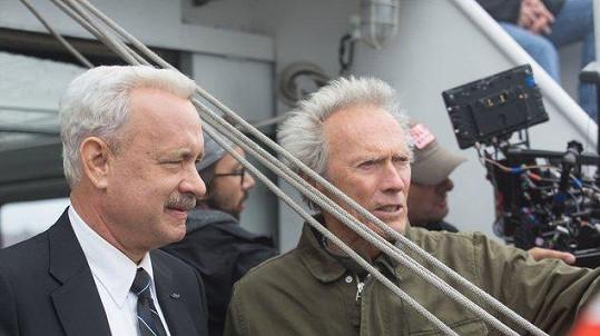 Tom Hanks a Clint Eastwood při natáčení filmu Sully: Zázrak na řece Hudson
