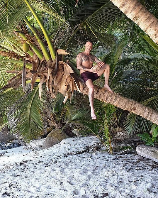 Skoro jako Tarzan. Petr se pochlubil svým vypracovaným tělem.