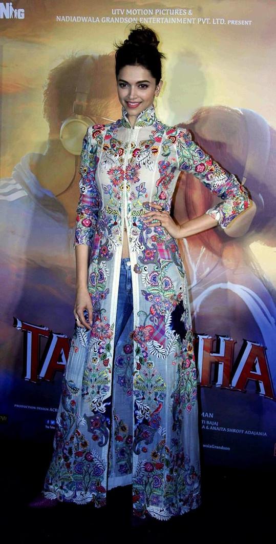 Nebojí se kombinace elegance a džínoviny, jako v tomto modelu od návrháře Anamika Khanna.