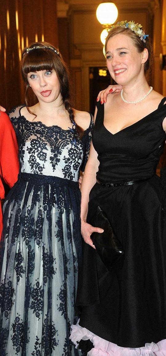 Kristýna Boková (vpravo) se sestrou Jenovéfou, rovněž herečkou