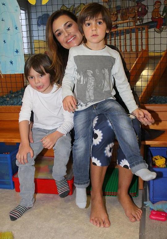 Alena Šeredová se syny Davidem a Louisem.