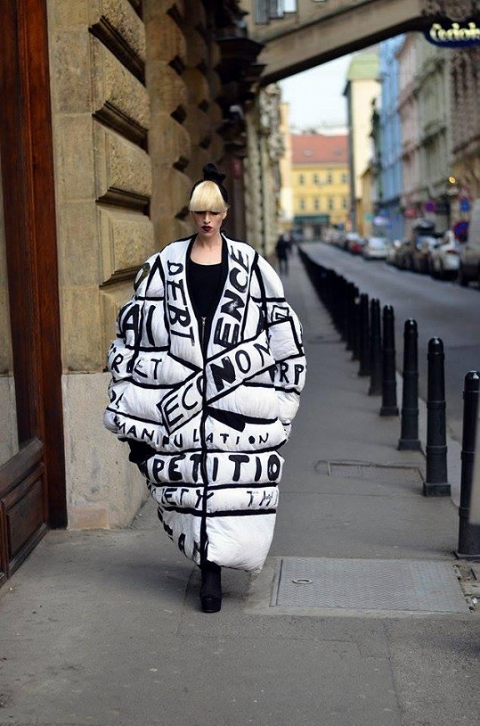 V péřovém kabátu protestovala proti reklamě a komerci.