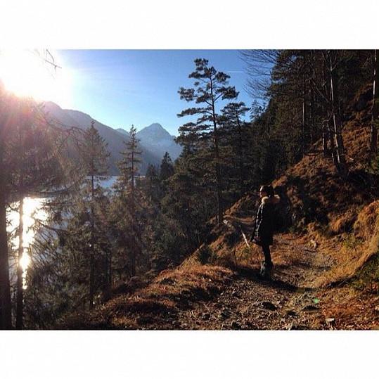 Kateřina Sokolová si užívá krajinu bez sněhu v Lechtalu v Rakousku.