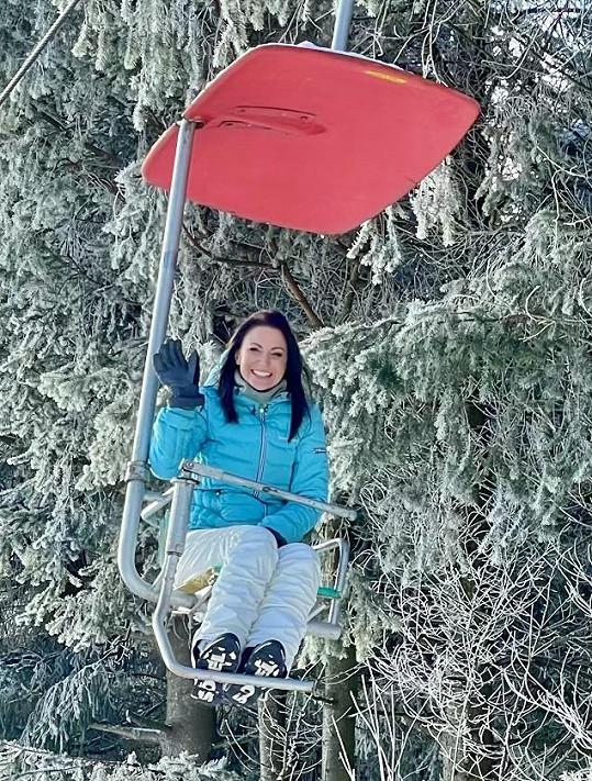 I když nemohla lyžovat, tak se nenudila.