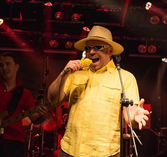 Kromě muzikálů má rád i operu a funky muziku, kterou zpívá s kapelou Úplně rovný banán.