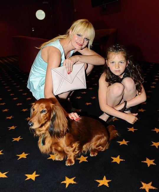 Iva Pazderková s hlavní dětskou hrdinkou Veronikou Divišovou a jedním ze dvou jezevčíků, kteří ve filmu hráli.