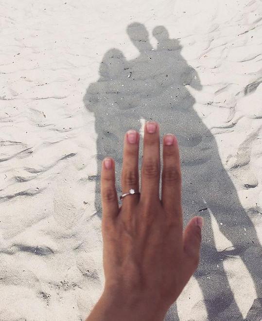 Němcová se pochlubila zásnubním prstýnkem.