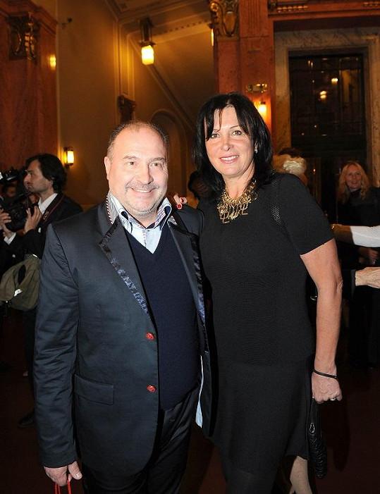 Michal David s manželkou Marcelou, která oživila černé koktejlky mohutným šperkem.