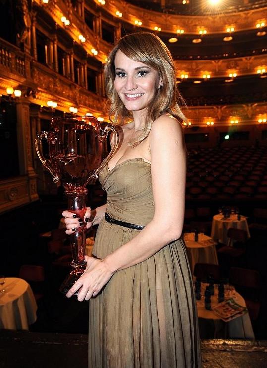 Monika přebírala cenu v nádherných šatech od Ivany Mentlové.