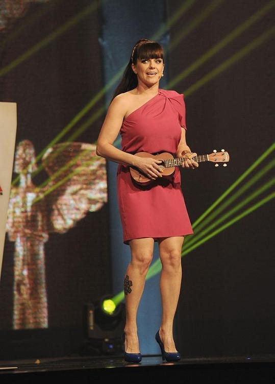 Marta si půjčila ukulele, které hrálo velkou roli v loňském předávání.