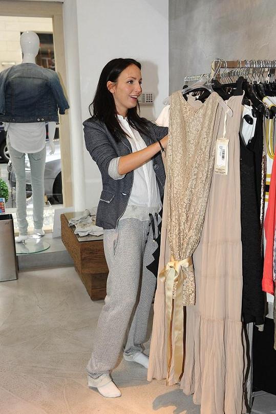 Veronika Nová vyrazila vybírat šaty na svatební párty.