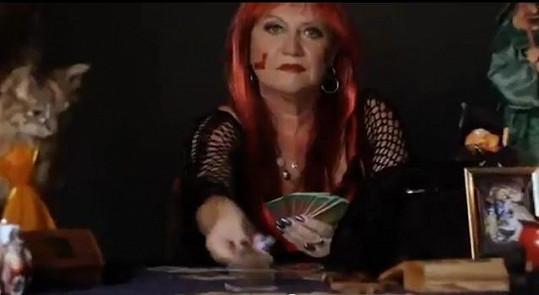 V klipu vystupuje i osobní věštkyně Dominiky Mesarošové - paní Helen Silvan (sestra Marie Pojkarové.