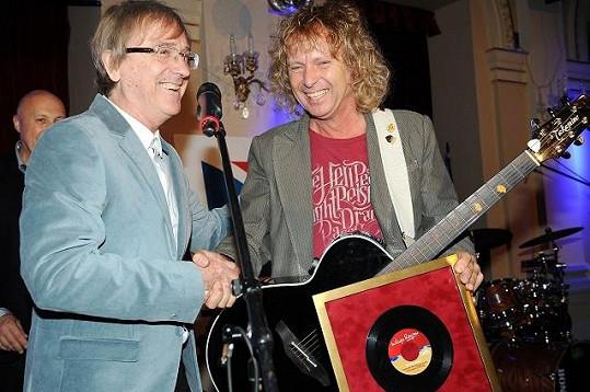 Peter Nagy převzal cenu jako legendární zpěvák od kolegy Miro Žbirky.