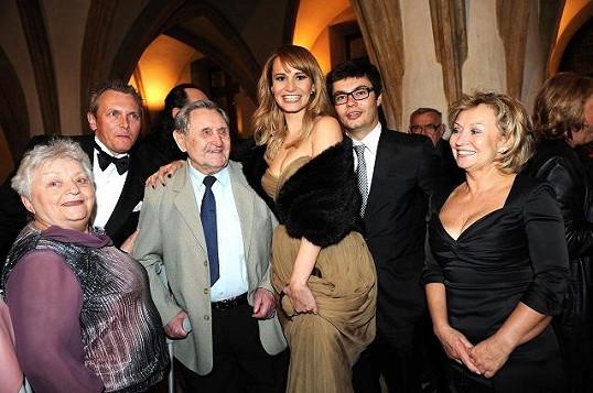 Monika s přítelem, maminkou, bratrem Markem, babičkou a dědečkem.