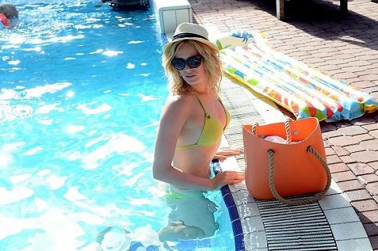 Nikol sladila plavky, plážovou tašku a lehátko.