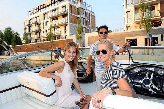 Dara si užívala plavbu na slepém rameni Vltavy v Libni.