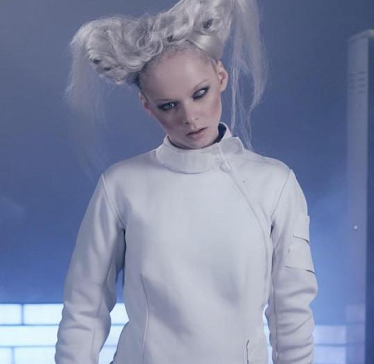 Anna Linhartová v klipu 100°C měla pro změnu vlasy platinové.