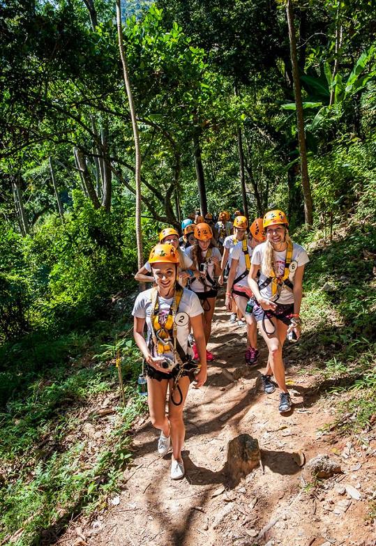 Aby si mohly finalistky užít adrenalinový zážitek, musely si vyšlápnout pořádný kopec v pralese.