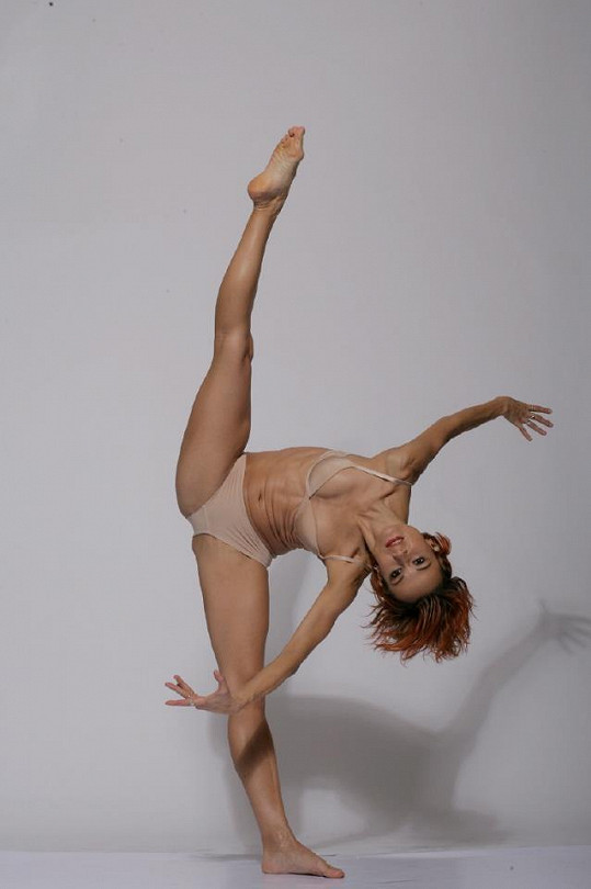 Leona má ohebné tělo.