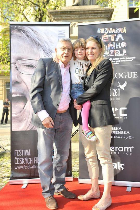 Olga s manželem a dcerou Aničkou na zahájení výstavy Rozmarná léta Jiřího Manzela, kterou mu uspořádala.