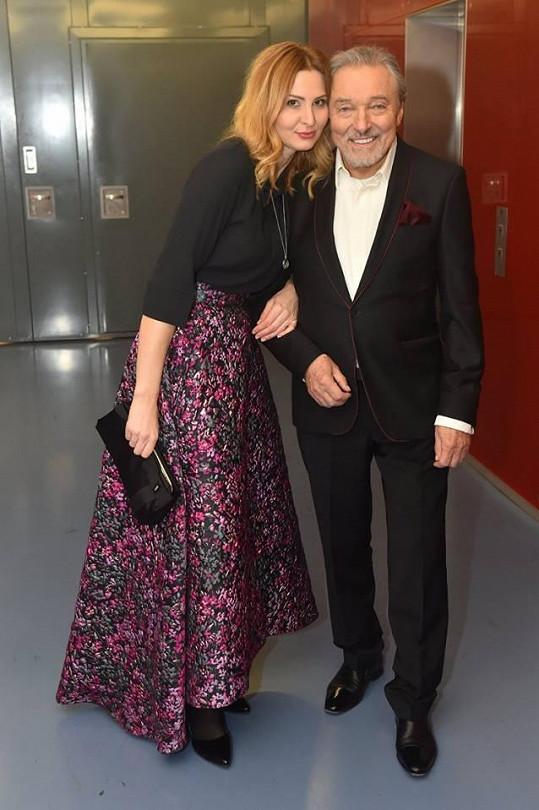 Karel Gott s manželkou Ivanou v zákulisí.