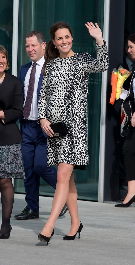 Kate se přišla podívat do galerie umění v Kentu.